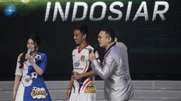 Pemain Mitra Kukar, Bayu Pradana bersiap duet nyanyi bareng Via Vallen pada acara peluncuran Liga 1 Indonesia di Studio 5 Indosiar, Jakarta, Senin (19/3/2018). Liga 1 nantinya akan diikuti oleh 18 klub. (Bola.com/Vitalis Yogi Trisna)