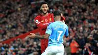 Winger Manchester City, Raheem Sterling, terlibat perselisihan dengan bek Liverpool, Joe Gomez, pada laga pekan ke-12 Premier League di Stadion Anfield, Minggu (10/11/2019). (Peter Byrne/PA via AP)