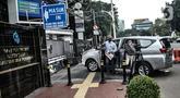 Penyidik KPK membawa peralatan dan stiker penyegelan saat mendatangi Gedung Mina Bahari Kementerian Kelautan dan Perikanan (KKP), Jakarta, Rabu (25/11/2020). Untuk diketahui, pada Rabu dini hari tadi, Menteri KKP Edhy Prabowo telah ditangkap KPK. (merdeka.com/Iqbal Nugroho)