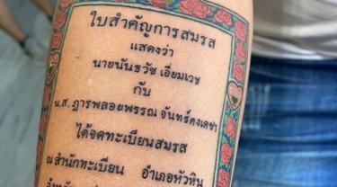 Seorang suami buat tato surat nikah