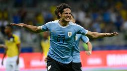 Penyerang timnas Uruguay, Edinson Cavani berselebrasi setelah mencetak gol ke gawang Ekuador dalam laga pertama Grup C Copa America 2019 di Stadion Mineirao, Brasil, Minggu (16/6/2019). Uruguay berhasil memetik kemenangan besar 4-0 atas Ekuador. (AP/Eugenio Savio)