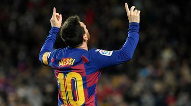 Lionel Messi telah mengenakan jersey nomor 10 di Barcelona yang dianggap sebagai nomor keramat sejak musim 2008/2009. Ia mampu menampilkan permainan terbaiknya dengan nomor tersebut hingga ujung kariernya di Blaugrana. Lantas, siapa yang layak mewarisi nomor 10? (Foto: AFP/Lluis Gene)
