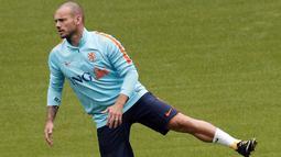 Pemain Belanda, Wesley Sneijder tengah melakukan pemanasan sebelum latihan di Stade de France stadium, Saint Denis, (30/8/2017). Belanda akan melawan Prancis pada kualifikasi grup A Piala Dunia 2018. (AP/Christophe Ena)