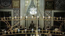 Jemaah menunaikan salat tarawih malam pertama Ramadan 1439 H di Masjid Nizamiye di Midrand, Johannesburg, Afrika Selatan (16/5). Masjid ini diresmikan oleh Presiden Afrika Selatan Jacob Zuma pada 4 Oktober 2012. (AFP Photo/Gulshan Khan)