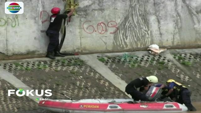 Tim SAR dari Basarnas dan Suku Dinas Pemadam Kebakaran Jakarta Timur akhirnya menemukan pemuda   yang terseret arus Sungai Ciliwung setelah melakukan penyisiran