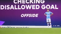 Layar raksasa memperlihatkan VAR mendiskualifikasi gol pada laga Manchester City vs AFC Bournemouth. (Laurence Griffiths/Pool via AP)
