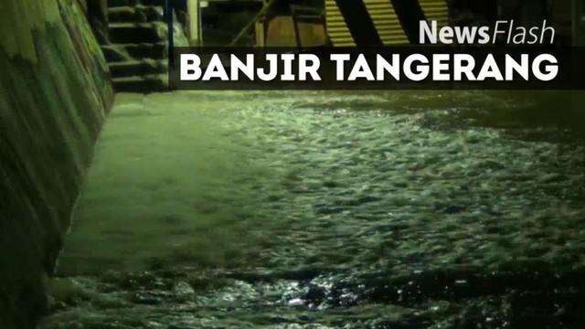 Hujan Deras membuat warga Total Persada mengungsi di GOR setempat, karena rumah mereka tergenang Banjir