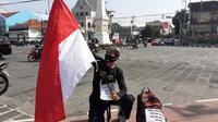 Lilik Yuliantoro (30), pemuda asal Blora kembali melakukan aksi gila dengan berjalan kaki memprotes upaya pemberantasan togel yang dinilai setengah hati. (Liputan6.com/ Ahmad Adirin)