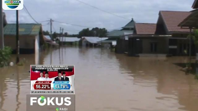 Warga yang rumahnya terendam mengungsi ke tenda-tenda darurat atau ke keluarga mereka yang rumahnya tidak terkena banjir.