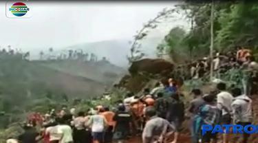 Tanah yang labil dan bergerak masih sering terjadi disekitar lokasi longsor, di Desa Reco, Wonosobo, Jawa Tengah, membuat pencarian korban longsor sempat terhambat.