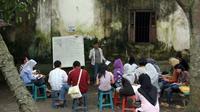 Sejumlah mahasiswa belajar bahasa Inggris di Kampung bahasa Pare, Kediri, Jatim, Kamis (17/2). Kampung ini memiliki sekitar 175 lembaga kursus bahasa asing.(Antara)