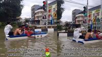 Naik perahu di jalan tergenang banjir (TikTok/@amin.aja_1)