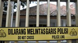 Garis polisi terpasang di pagar sebuah rumah yang dijadikan klinik aborsi ilegal di Jalan Paseban Raya, Jakarta, Minggu (16/2/2020). Polda Metro Jaya membongkar praktik klinik aborsi ilegal yang sudah beroperasi sejak 2018 silam pada Jumat, 14 Februari 2020. (merdeka.com/Iqbal S Nugroho)