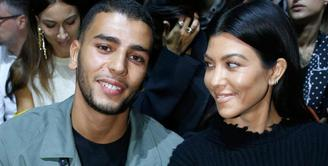 Keluarga Kardashian tak ada yang hadir di pesta setelah Grammy Awards. Meski demikian, Younes Bendjima terlihat bersenang-senang tanpa Kourtney Kardashian. (Celebrity Insider)