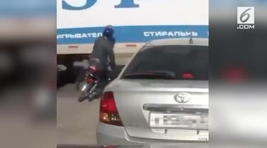 Rekaman video mengerikan, menampilkan  pengendara motor terseret truk.