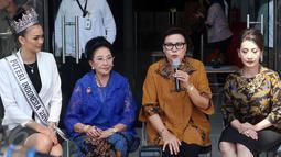 Pimpinan KPK Basaria Panjaitan memberikan keterangan saat menerima kunjungan dari Pendiri YPI Mooryati Soedibyo,  Puteri Indonesia 2016, Kezia Rislin C Warouw dan Finalis Puteri Indonesia di Gedung KPK, Jakarta, Senin (27/3). (Liputan6.com/JohanTallo)