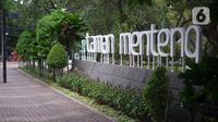 Suasana Taman Menteng yang sepi pengunjung karena ditutup di Jakarta, Selasa (3/11/2020). Masih tingginya kasus covid-19 menyebabkan sejumlah fasilitas umum dan fasilitas sosial di Ibu Kota belum beroperasi normal sejak ditutup selama beberapa bulan lalu. (Liputan6.com/Immanuel Antonius)
