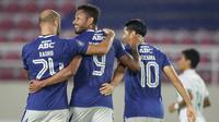 Wander Luiz (tengah) merayakan gol yang dicetaknya untuk Persib ke gawang PSS pada lanjutan BRI Liga 1 2021/2022 di Stadion Manahan, Solo, Jumat (22/10/2021) WIB. (Bola.com/Bagaskara Lazuardi)