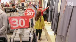 Pengunjung memilh baju untuk merayakan Hari Raya Idul Fitri di Lippo Mall Puri, Jakarta, Jumat (24/5/2019). Untuk menarik pengunjung dalam rangka Festival Jakarta Great Sale, berbagai diskon ditawarkan dari pukul 20.00 hingga 00.00 dalam Midsummer Night Sale. (Liputan6.com/Fery Pradolo)