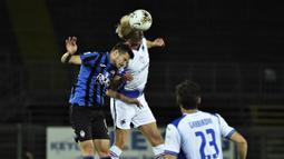 Gelandang Atalanta, Remo Freuler, berebut bola dengan gelandang Sampdoria, Morten Thorsby, pada laga lanjutan Serie A pekan ke-31 di Gewiss Stadium, Kamis (9/7/2020) dini hari WIB. Atalanta menang 2-0 atas Sampdoria. (Gianluca Checchi/LaPresse via AP)