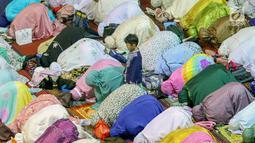 Ribuan umat muslim melaksanakan salat tarawih pertama Ramadan 1440 H di Masjid Istiqlal, Jakarta, Minggu (5/5/2019). Salat tarawih dilaksanakan setelah pemerintah melalui Menteri Agama menetapkan awal Ramadan jatuh pada Senin 6 Mei 2019 usai sidang isbat (LIputan6.com/Helmi Fithriansyah)