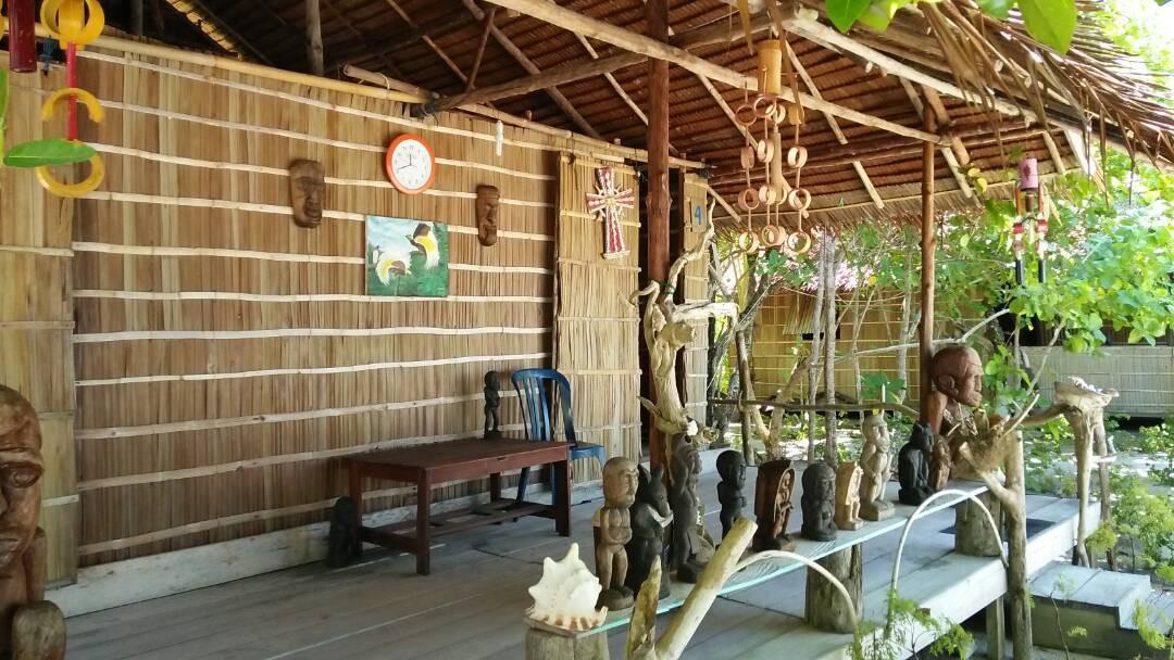 Penginapan di kampung Arborek yang masih mencirikan orisinalitas arsitektur lokal. (foto : Liputan6.com / katarina janur)