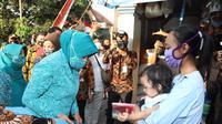 Ketum TP PKK Pusat Tri Tito Karnavian terjun langsung membagikan masker dan sembako kepada warga di Kabupaten Malang, Jawa Timur, Jumat (7/8/2020).  (Ist)