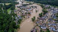 Air Sungai Ahr melewati rumah-rumah yang hancur akibat dilanda banjir di Schuld, Jerman, Kamis (15/7/2021). Banjir ini menyebabkan ribuan orang dievakuasi, dan memberi dampak besar ke wilayah Jerman yang berada di perbatasan Belgia, Prancis, Luxembourg, dan Belanda. (AP Photo/Michael Probst)