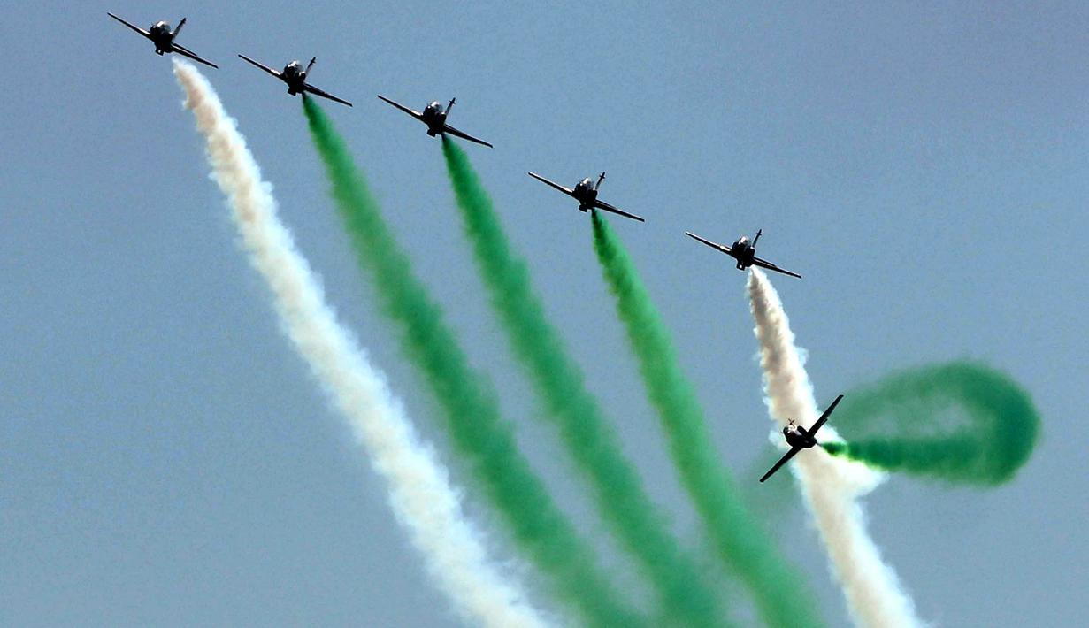 Sejumlah pesawat jet milik Pakistan unjuk kemampuan di pameran dirgantara yang diselenggarakan oleh Angkatan Udara Pakistan di kota pelabuhan Karachi, Pakistan selatan, pada 27 Februari 2020. (Xinhua/Str)