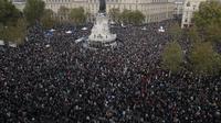 Ratusan orang berkumpul di alun-alun Republique selama demonstrasi pada hari Minggu 18 Oktober 2020 di Paris untuk mengecam aksi teror kasus pemenggalan guru. (Foto AP / Michel Euler)