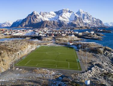 6 Lapangan Sepak Bola dengan Pemandangan Menawan
