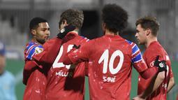 Gelandang Bayern Munich, Serge Gnabry (kiri) merayakan gol pertama timnya ke gawang tim Divisi 2 Holstein Kiel, dalam laga babak kedua Piala DFB Pokal 2020/21 di Kiel, Rabu (13/1/2021). Bayern Munich kalah dari Holstein Kiel lewat adu penalti 5-6 (2-2). (AFP/Fabian Bimmer/Pool)