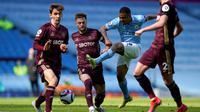 Gabriel Jesus (tengah) melepas tembakan saat Manchester City menghadapi Leeds United di lanjutan Liga Inggris (AFP)