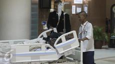 Petugas membawa Julia Perez alias Jupe ke ruang perawatan usai menjalani cuci darah di RSCM, Jakarta (21/4). Pelantun lagu Belah Duren tersebut terlihat terbaring lemah dengan kondisi kepala tertutup kain hitam. (Liputan6.com/Herman Zakharia)