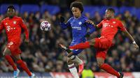 Pemain Bayern Munchen, David Alaba, berebut bola dengan gelandang Chelsea, Willian, pada laga Liga Champions di Stadion Stamford Bridge, Selasa (25/2/2020). Chelsea takluk 0-3 dari Bayern Munchen. (AP/Kirsty Wigglesworth)