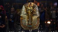 Topeng emas Raja Tutankhamun diperlihatkan di museum Mesir di Kairo, Rabu (16/12). Topeng bersejarah yang berusia 3.300 tahun itu ditunjukkan kepada wartawan setelah sebelumnya lebih dari dua bulan diperbaiki di bagian jenggotnya. (AFP/MOHAMED EL-SHAHED)