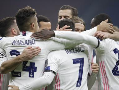 Pemain Real Madrid merayakan gol yang dicetak Eden Hazard ke gawang Inter Milan pada laga lanjutan Liga Champions di Giuseppe Meazza, Kamis (26/11/2020) dini hari WIB. Real Madrid menang 2-0 atas Inter Milan. (AP Photo/Luca Bruno)