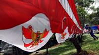Pedagang menata bendera Merah Putih dan pernak-pernik perayaan 17 Agustus di kawasan Pasar Minggu, Jakarta, Selasa (4/8/2015). Menjelang Hari Kemerdekan RI, sejumlah pedagang bendera musiman mulai berdatangan. (Liputan6.com/Yoppy Renato)