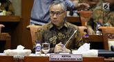 Ketua Dewan Komisoner OJK Wimboh Santoso saat mengikuti rapat panja dengan Komisi XI di Kompleks Parlemen Senayan, Jakarta, Selasa (11/12). Rapat tersebut membahas rencana anggaran OJK tahun 2019. (Liputan6.com/JohanTallo)