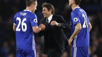Selebrasi pelatih Chelsea Antonio Conte bersama John Terry dan Nemanja Matic usai menang 3-0 atas Bournemouth pada pekan ke-36 Liga Inggris. (Adrian DENNIS / AFP)