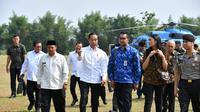 Staf Khusus Presiden, Putri Indahsari Tanjung, serta Andi Taufan Garuda Putra (kemeja biru) mendampingi Jokowi saat kunjungan ke Subang. (Laily Rachev/Biro Pers Sekretariat Presiden)
