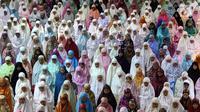 Jamaah muslimah memenuhi masjid Istiqlal untuk menjalankan salat tarawih pertama Ramadan 1438 di Masjid Istiqlal, Jakarta, Jumat (26/5). Pemerintah menetapkan 1 Ramadan 1438 Hijriah jatuh pada hari Sabtu 27 Mei 2017. (Liputan6.com/Johan Tallo)