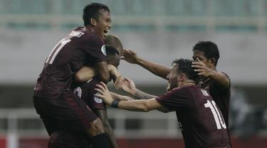 Para pemain PSM Makassar merayakan gol yang dicetak oleh Guy Junior ke gawang Home United pada laga Piala AFC 2019, Selasa (30/4). PSM menang 3-2 atas Home United. (Bola.com/Yoppy Renato)