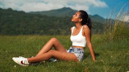 Di waktu luang, wanita kelahiran 1 Februari 1999 ini menyempatkan waktu untuk berlibur. Rupanya Shenina Cinnamon cukup sering liburan ke alam bebas. Penampilannya juga tampak santai saat liburan ke alam. (Liputan6.com/IG/@shenacinnamon)