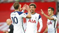 Harry Kane (kiri), Dele Alli (tengah), dan Sergio Reguilon (kanan) merayakan kemenangan Tottenham Hotspur atas Manchester United dengan skor 6-1. (Alex Livesey/Pool via AP)