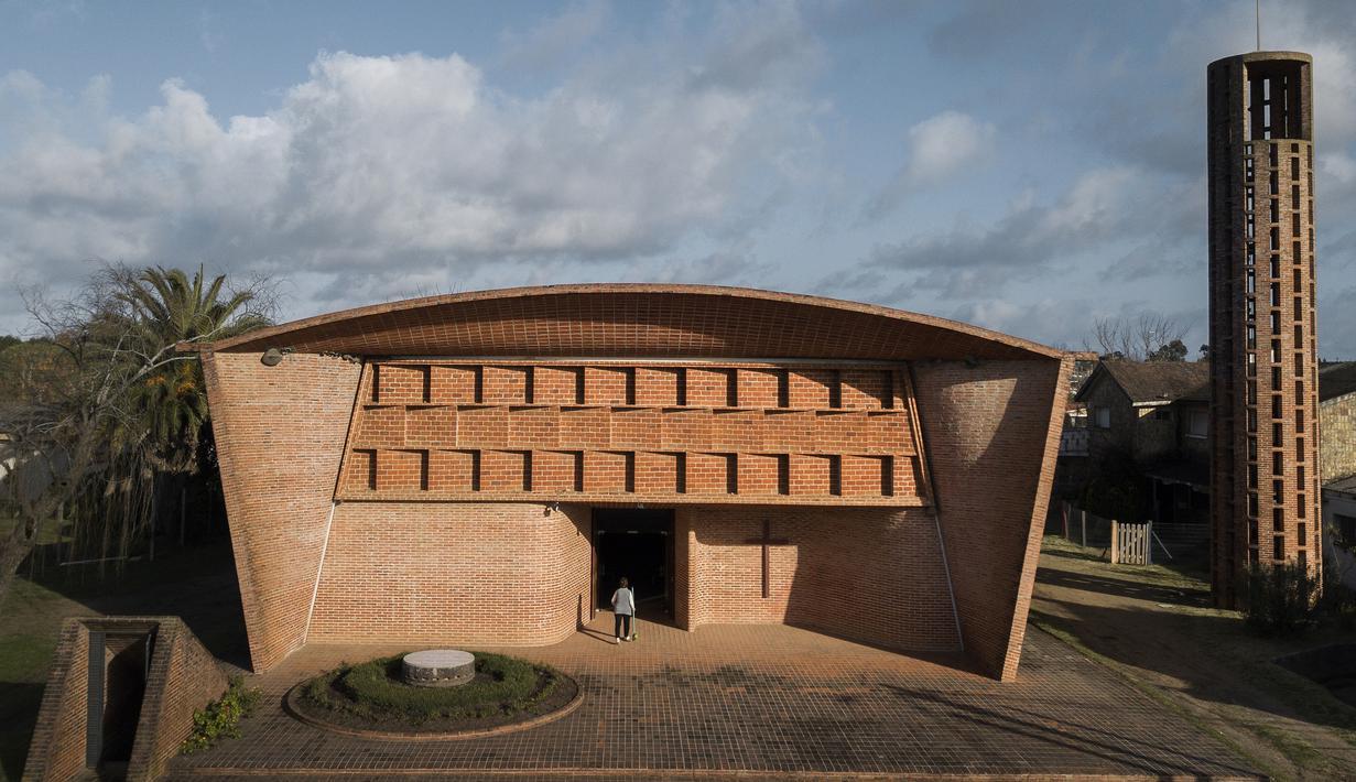 Pemandangan udara dari Gereja Kristus Sang Pekerja dan Bunda Maria dari Lourdes di Estacion Atlantida, Uruguay, 26 Juli 2021. UNESCO mempertimbangkan gereja yang didirikan insinyur Uruguay Eladio Dieste pada tahun 1958 tersebut sebagai Warisan Kemanusiaan untuk Budaya. (AP Photo/Matilde Campodonico)