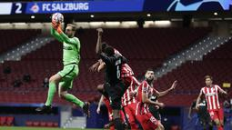 Kiper Atletico Madrid, Jan Oblak berusaha menangkap bola saat bertanding melawan Salzburg pada pertandingan grup A Liga Champions di stadion Wanda Metropolitano di Madrid, Spanyol, Selasa (27/10/2020).  Atletico Madrid menang 3-2 atas Salzburg. (AP Photo/Manu Fernandez)