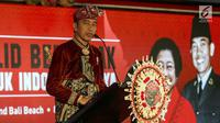 Presiden Joko Widodo mengenakan baju adat Bali memberikan sambutan saat menghadiri Kongres V PDIP di Grand Inna Beach, Sanur, Bali, Kamis (8/8/2019). Sejumlah isu, sikap politik, serta program partai ke depan juga akan dibahas dalam kongres PDIP ini.  (Liputan6.com/Johan Tallo)