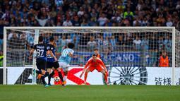 Pemain Lazio, Adam Marusic mencetak gol ke gawang Inter Milan pada laga terakhir Serie A 2017-2018  di Stadion Olimpico, Senin (21/5). Inter Milan sukses merebut tiket Liga Champions musim depan usai menang atas Lazio. (Angelo Carconi/ANSA via AP)