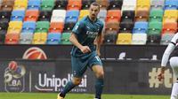 Striker AC Milan Zlatan Ibrahimovic dalam laga melawan Udinese dalam lanjutan Liga Italia di Stadion Dacia Arena, Minggu (1/11/2020). (Andrea Bressanutti/LaPresse via AP)